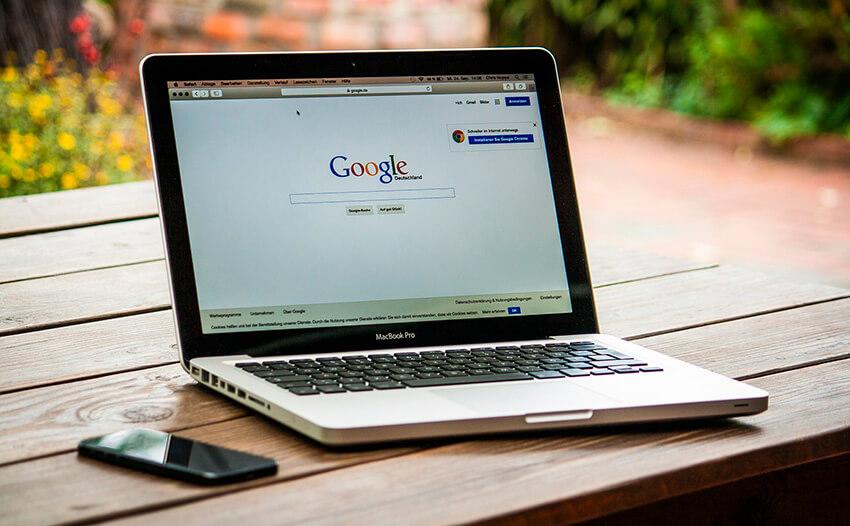 Ordenador portátil conectado a Google