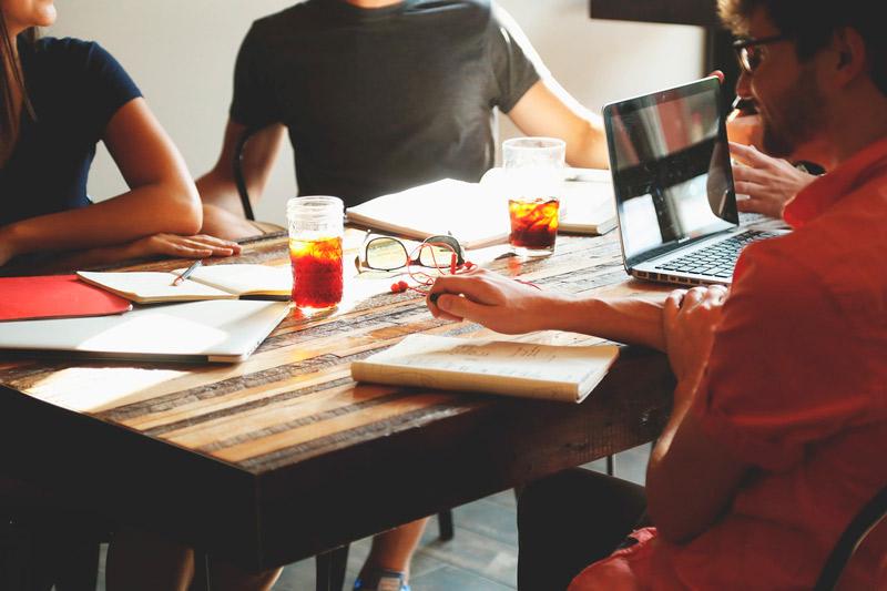 Reunión de trabajadores de una empresa para desarrollar una estrategia SEO