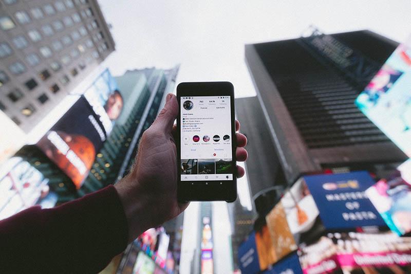 Imagen de un móvil con instagram