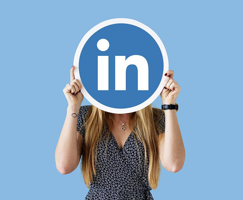 Usuario con logo linkedin